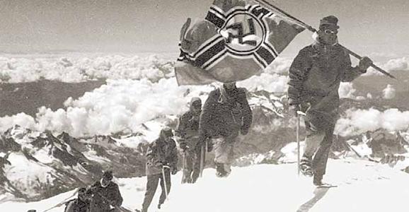 Военные альпинисты вермахта собираются водрузить на вершине Эльбруса нацистское знамя. Фото 1942 г.